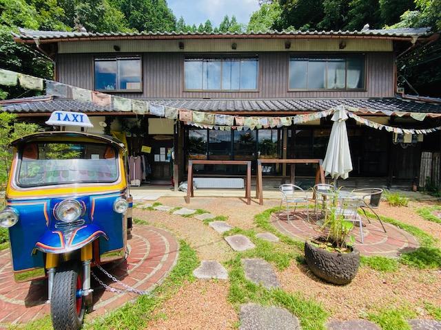 築約90年の古民家と、東南アジアで見かける三輪タクシー「トゥクトゥク」。このマッチングがカサオリエンテの魅力だ。